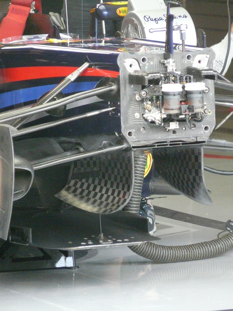 The RB7's slot\duct  is formed by the layers of bodywork under the chassis